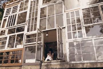 La facade de leur maison est entièrement fait de fenêtres recyclées...